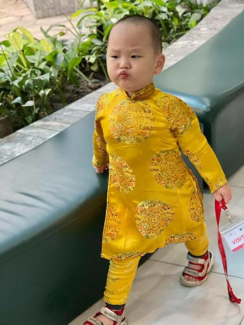 Con trai Út của con trai út nhà Trà My Idol diện áo dài nhưng biểu cảm vẫn lí lắc, gây cười.