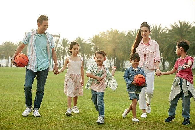 Vợ chồng Lý Hải - Minh Hà đưa 4 con đi chơi.