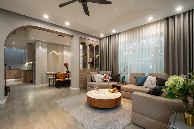 Trước khi được cải tạo, căn nhà có tổng diện tích 200 m2, nằm tại Hoàng Quốc Việt, Hà Nội đã được xây dựng lâu nên dần xuống cấp, không gian cũ, ngột ngạt và bí bách.