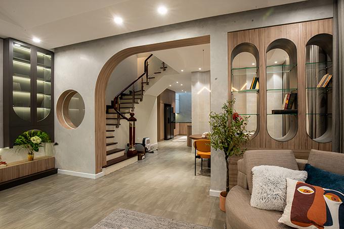 Ngăn cách giữa phòng khách và phòng bếp, khu vực ăn là 1 tủ đồ được thiết kế cách điệu với những đường cong mềm mại, tạo thêm điểm nhấn cho không gian.