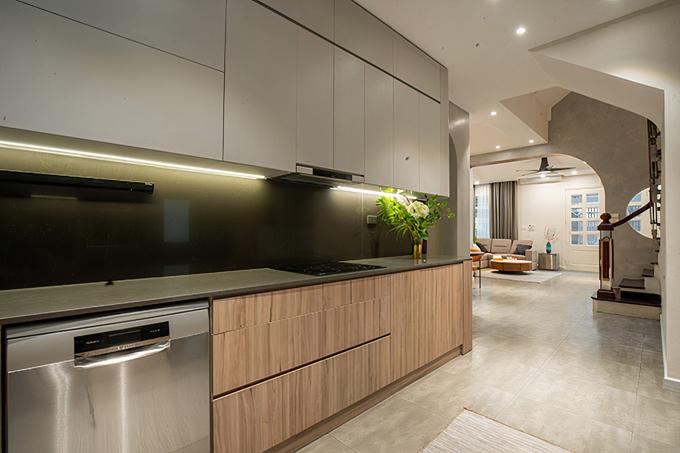 Bếp ngăn nắp và tiện nghi với đầy đủ vật dụng, hệ tủ trắng và màu gỗ lớn giúp cho việc lưu trữ đồ đạc thuận tiện.