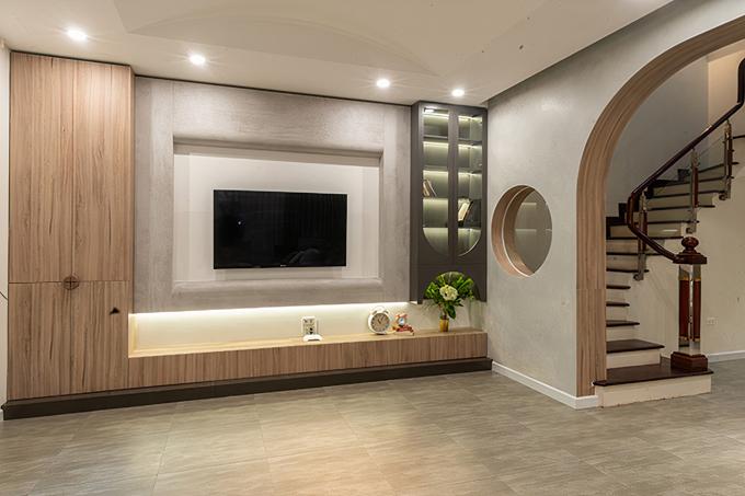 Phía đối diện bộ sofa là hệ tủ kệ trữ đồ và TV lớn.