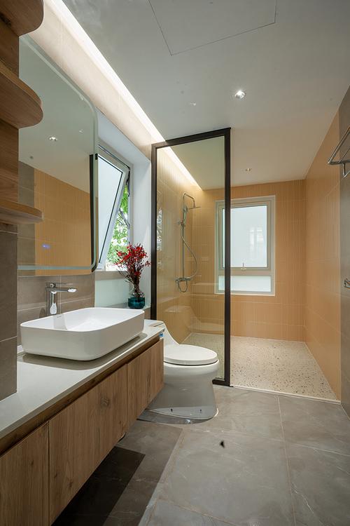 Phòng vệ sinh tại tầng 1 có khu vực tắm đứng.