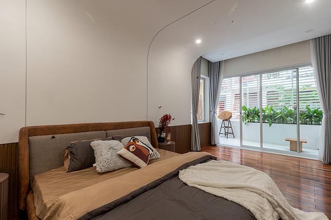 Hệ cửa kính lớn giúp cho ánh sáng tự nhiên và gió trời được lưu thông bên trong phòng.
