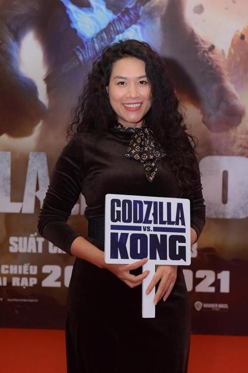 Diễn viên Hà Hương dự sự kiện với mái tóc xoăn xù khác lạ.