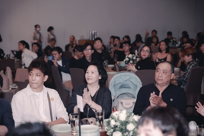 Bố ruột và mẹ vợ dự tiệc chung vui cùng Trấn Thành. Mẹ anh vắng mặt ở buổi tiệc.