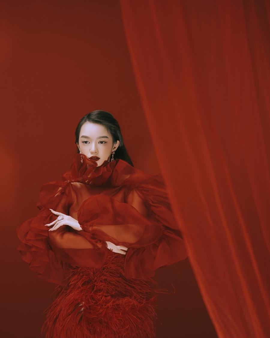 Kaity Nguyễn hóa 'quý cô hồng trà'