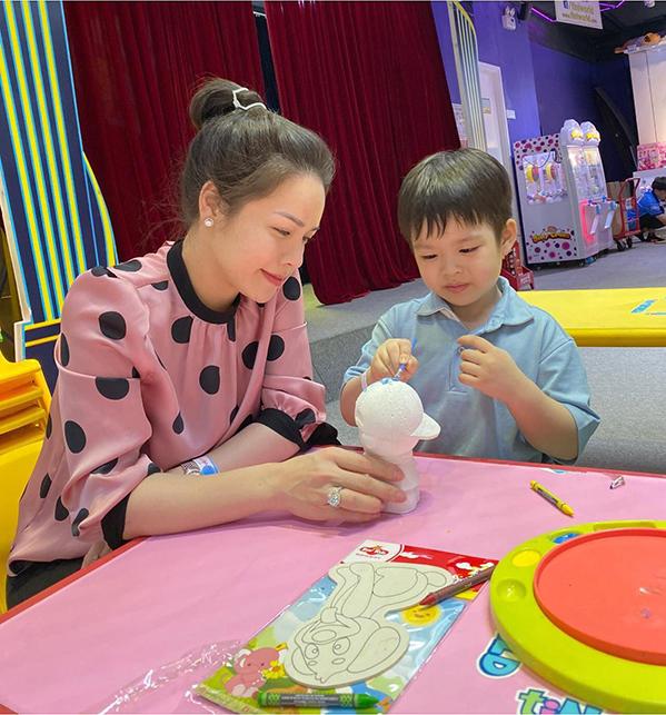 Ca sĩ Nhật Kim Anh tranh thủ dẫn con trai đi chơi dịp cuối tuần. Cách đây không lâu, cô vui mừng thông báo đã thắng kiện và giành được quyền nuôi con với chồng cũ.