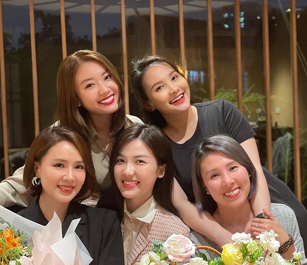 Diễn viên Hồng Diễm (ngoài cùng bên trái) đón tuổi mới bên hội bạn gồm Lương Thanh, Bảo Thanh...
