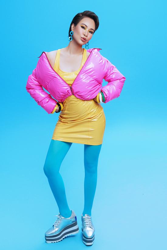 Uyên Linh hiện là một trong ba đội trưởng của chương trình Trời sinh một cặp. Nữ ca sĩ gây bất ngờ khi mặc trang phục color-block khoe vẻ cá tính trước ống kính. Đây là phong cách Uyên Linh chưa từng thử qua trước đây. Nữ ca sĩ cho biết cô quyết định làm mới bản thân để khuyến khích các thành viên trong đội tích cực sáng tạo, biến hóa trên sân khấu.