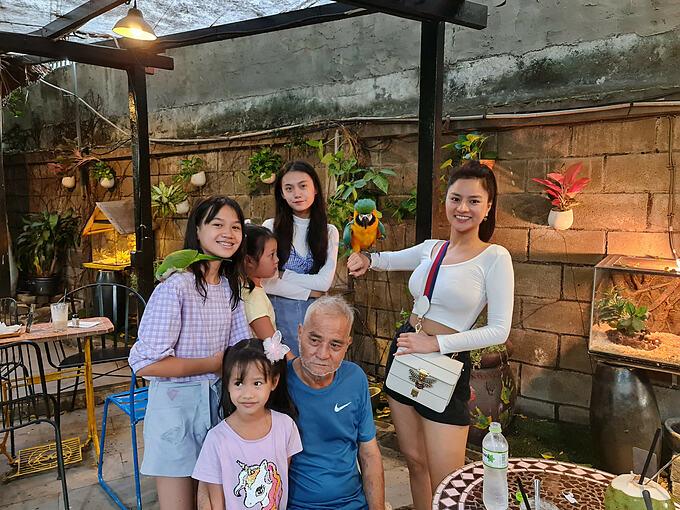 Cựu người mẫu Vũ Thu Phương hạnh phúc bên bố và 4 con gái.
