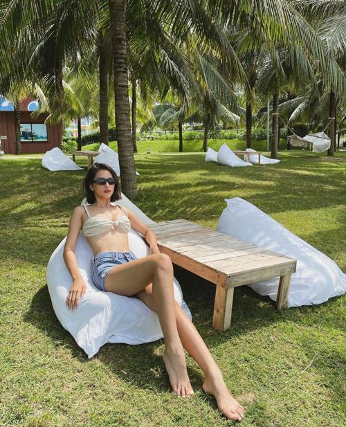 Những chiếc bra xinh xắn có thể phối đồ linh hoạt là trang phục được Tiểu Vy cùng nhiều sao Việt ưa chuộng. Mẫu áo sexy được hoa hậu mix cùng quần short jeans để khoe vẻ đẹp sexy khi đi du lịch.