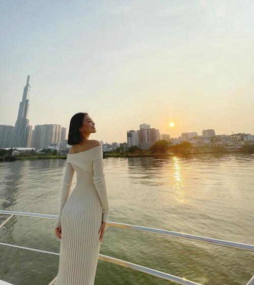 Tiểu Vy thả dáng gợi cảm với thiết kế váy dệt kim mỏng khi ngắm hoàng hôn trên sông Sài Gòn.