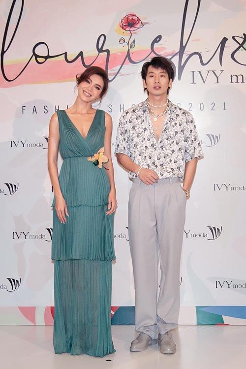 Siêu mẫu Minh Tú làm duyên bên diễn viên Tuấn Trần trong một show thời trang.