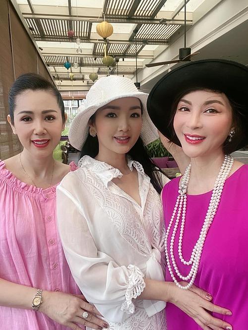 Giáng My (áo trắng) trong chuyến đi chơi cùng MC Thanh Mai và một người bạn.