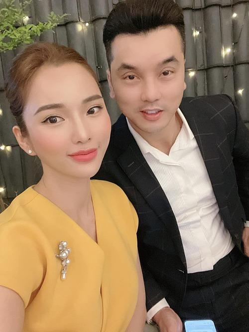 Vợ chồng Ưng Hoàng Phúc tranh thủ pose hình khi đi dự đám cưới một người bạn.
