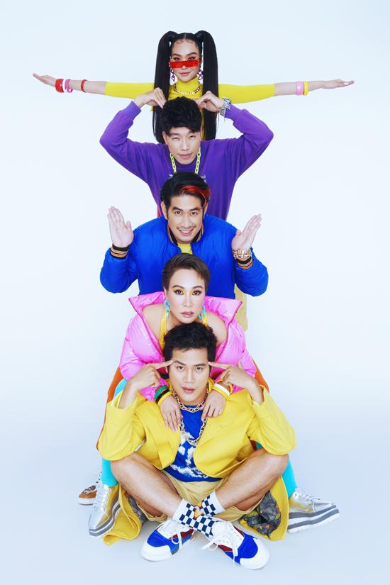 Uyên Linh chụp ảnh cùng 4 thành viên trong đội.