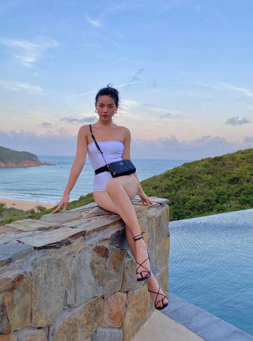 Du mặc moniki hay bikini hai mảnh thì những mẫu túi hiệu là phụ kiện không thể thiếu của Cô em trendy.