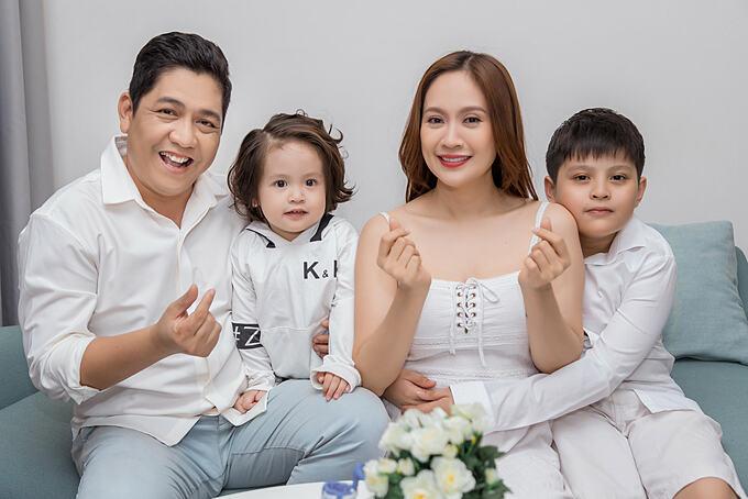 Vợ chồng Thanh Thúy - Đức Thịnh pose ảnh gia đình bên hai con trai.