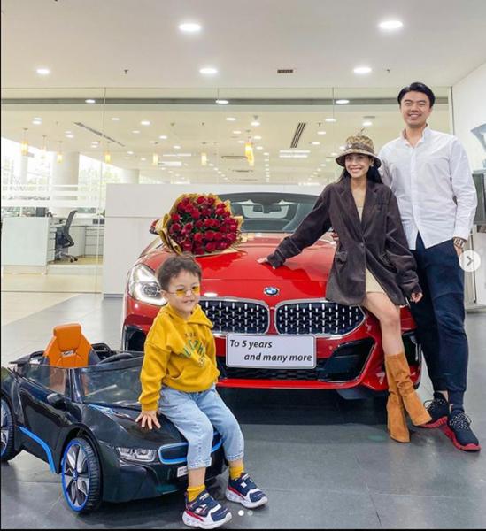 Nhân dịp kỷ niệm 5 năm ngày cưới, vợ chồng Kiều Anh - Văn Quỳnh tậu một chiếc BMW mới màu đỏ. Cứ dịp này mỗi năm, họ đều tích lũy tài sản bằng cách mua những món đồ giá trị.