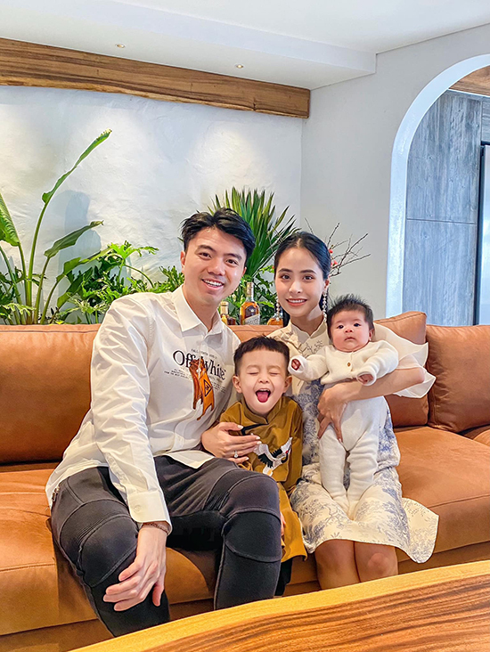 Sau 5 năm kết hôn, vợ chồng Kiều Anh hiện viên mãn với hai cậu con trai. Ông xã Kiều Anh là cháu ngoại của giáo sư Văn Như Cương, hiện hoạt động trong lĩnh vực giáo dục. Gia đình nữ ca sĩ gần đây chuyển về sống trong một căn hộ rộng 300 m2 ở một quận trung tâm Hà Nội. Con trai lớn của cô tên Soup năm nay hơn ba tuổi còn con trai thứ hai tên Tomyum mới được vài tháng tuổi.
