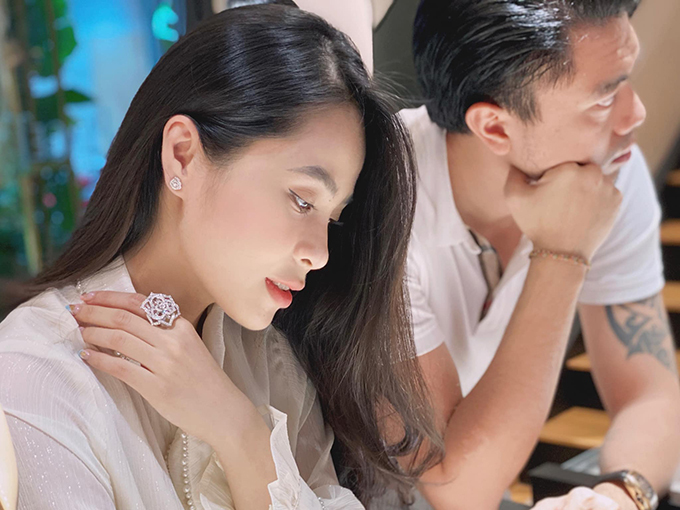 Vợ chồng Kiều Anh - Văn Quỳnh đều có sở thích chơi đồng hồ hàng hiệu. Cặp đôi sở hữu nhiều mẫu đồng hồ trị giá từ hàng trăm triệu đến hàng tỷ đồng. Trong ảnh, ca nương đeo phụ kiện đính kim cương cùng chồng đi mua đồng hồ.