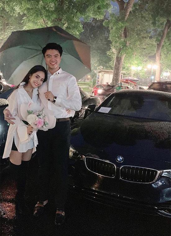 Tháng 11/2018, Văn Quỳnh khiến vợ bất ngờ khi dành tặng cô một chiếc BMW sang trọng màu xanh dù cô chưa có bằng lái. Đó trở thành động lực để ca nương quyết tâm đi học lái.