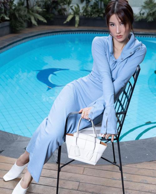 Khi diện váy xanh hợp mốt, Diễm My chọn nguyên bộ phụ kiện tông trắng để tạo nên nét hài hòa cho tổng thể.