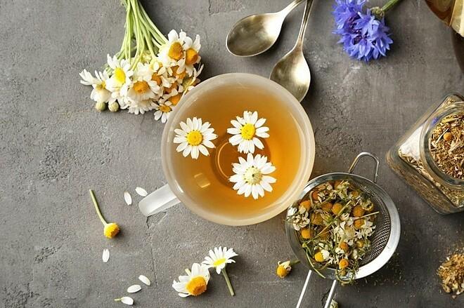 Trà hoa cúc giúp làm đẹp da, cải thiện chất lượng giấc ngủ