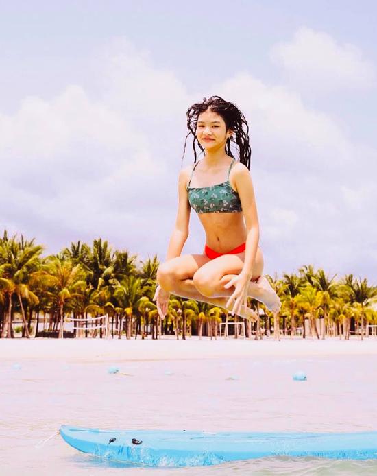 Cô bé gây bất ngờ với động tác bật nhảy và có một bức ảnh ấn tượng trong chuyến du lịch.