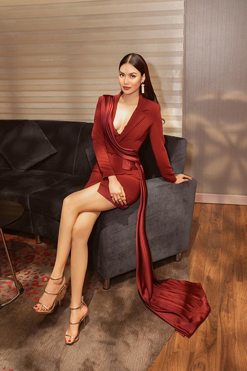 Mẫu váy của nhà thiết kế Hà Thanh Huy được chăm chút cho phần cổ xẻ sâu tôn nét gợi cảm. Đồng thời dải lụa tiệp màu vắt ngang thân váy vừa giúp trang phục độc đáo vừa tạo điểm nhấn cho hình ảnh của Lan Khuê.