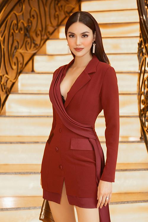 Góp mặt tại sự kiện quy tụ các chân dài nổi tiếng và dàn người mẫu chuyên nghiệp, Lan Khuê chọn váy vest kiểu bất đối xứng để tôn nét thanh lịch và không kém phần sexy.