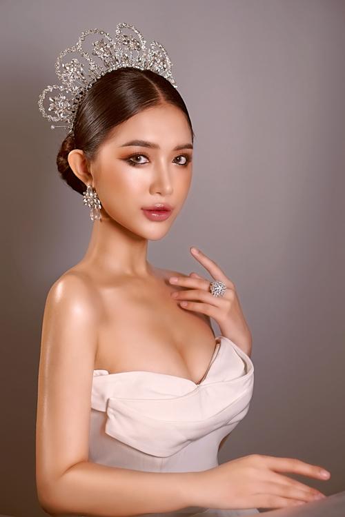 Chuyên gia trang điểm Hồ Thiên Tuấn đón đầu hè 2021 với 2 layout makeup cho cô dâu vào tiệc tối. Lần này, anh thử biến tấu màu mắt khói sao cho phù hợp với nét đẹp Á đông của cô dâu Việt mà vẫn đảm bảo sự nổi bật, độc đáo vốn có.