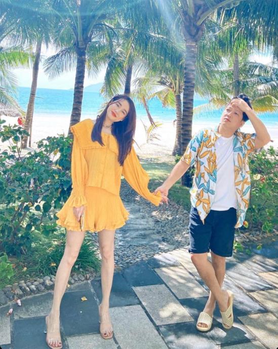Trường Giang tình tứ nắm tay Nhã Phương trong một chuyến du lịch biển. Danh hài và bà xã tâm đắc với bức ảnh chụp lung linh dưới nắng.