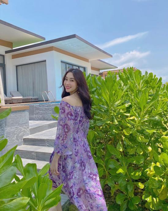 Cũng có mặt ở Phú Quốc vào tháng 3, hoa hậu Đặng Thu Thảo có chuyến nghỉ dưỡng thảnh thơi cùng gia đình trong một khu nghỉ dưỡng cao cấp. Bà mẹ hai con khoe vẻ dịu dàng, đằm thắm trong căn villa sang trọng có hồ bơi riêng.