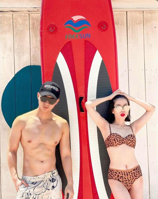 Lệ Quyên cũng có một tháng ăn chơi quần quật bên người tình trẻ. Cô và bạn trai Lâm Bảo Châu có những chuyến du lịch lên rừng Đà Lạt rồi xuống biển Vũng Tàu.