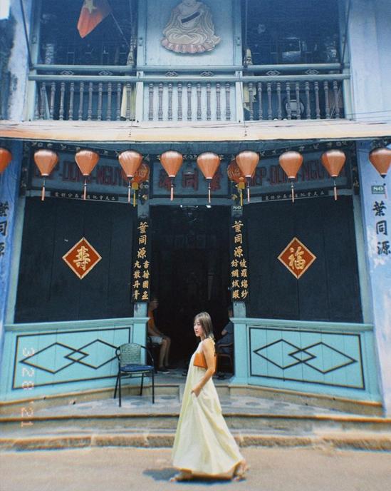 Văn Mai Hương thả dáng trên đường phố Hội An sau thành công của series Xuân hạ thu đông rồi lại xuân. Nữ ca sĩ từng nhiều lần tới phố Hội nhưng lần nào cũng bị quyến rũ bởi những góc phố đẹp dịu dàng.