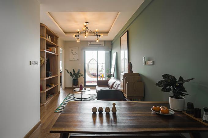 Cây cảnh giúp không gian bàn ăn trở nên xanh mát hơn. Bàn ăn sử dụng gỗ muồng đen được ghép giữ nguyên rìa gỗ. Thiết kế hiện đại đáp ứng gu thẩm mỹ và cá tính của gia chủ, tạo nên sự hòa hợp giữa công năng sử dụng tiện nghi và tính nghệ thuật.