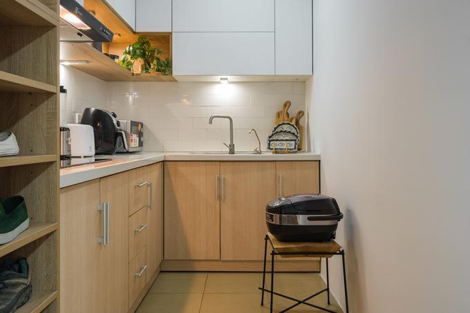 Cạnh khu bếp nấu là kệ đựng giày dép.