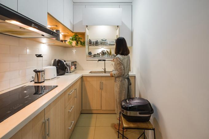 Bếp mang tông màu trắng chủ đạo, có tủ với tay nâng để tạo sự tiện nghi trong quá trình sử dụng.