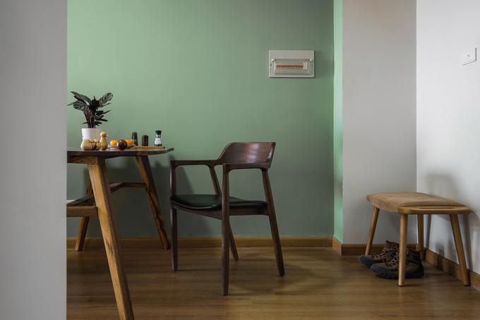 Khu vực ăn uống được bố trí ngay cạnh phòng khách. Gia chủ ưu tiên nội thất gỗ, đường nét tối giản.