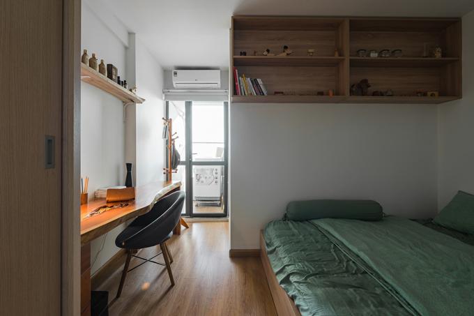 Bàn làm việc được bố trí ngay gần giường ngủ, được làm từ gỗ tự nhiên.