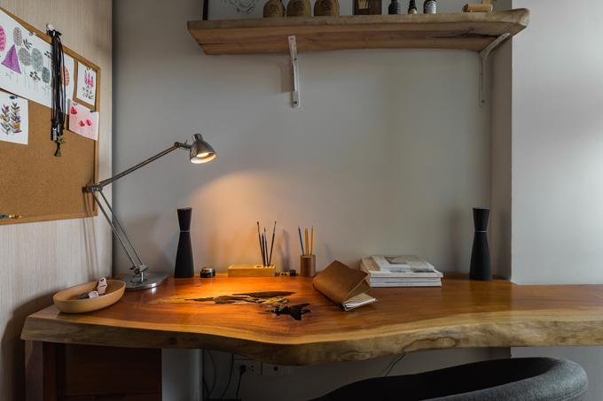 Một số bình hoa, chỗ cắm bút theo lối tối giản và bảng ghim đồ khiến góc làm việc đơn giản nhưng vẫn ấn tượng.