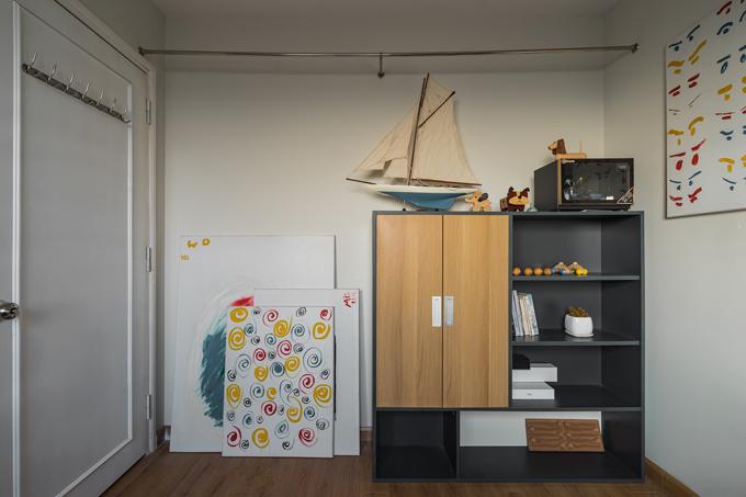 GIa chủ đặt thêm một số đồ trang trí cho phòng làm việc sinh động.