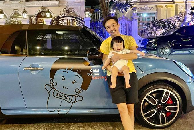 Cường Đôla đăng ảnh bồng bế con gái Suchin bên xế hộp có in hình Chibi và hào hứng chia sẻ: Mẹ có xe thì Chin nhõi cũng có nhé.