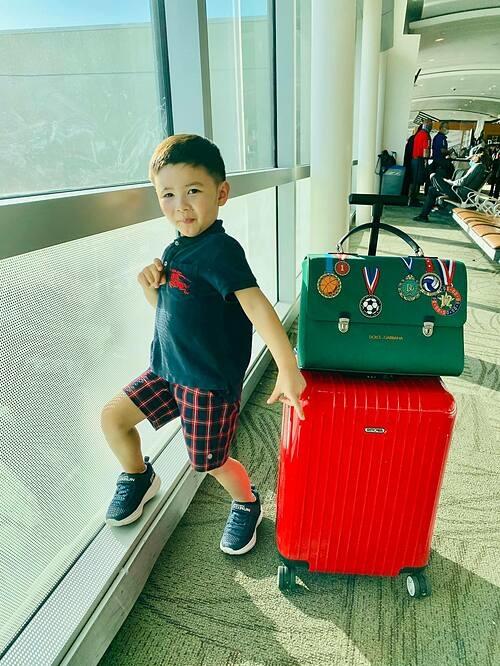 Bé Thiên Từ - con trai ca sĩ Đan Trường - thích thú khi được mẹ đưa đến Hawaii, (Mỹ) du lịch.