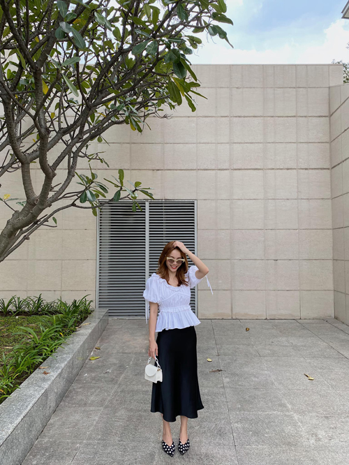 Set đồ cho bạn gái chuộng cách mix màu trắng - đen đơn giản với áo tay bồng và chân váy lụa mềm mại.