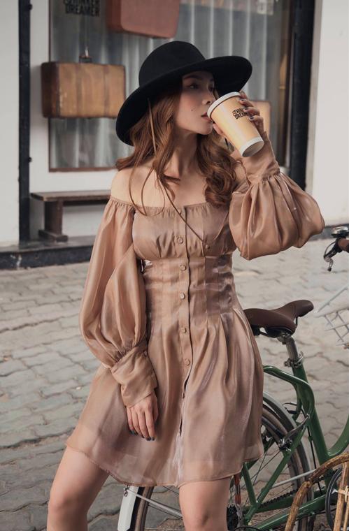 Nếu tự tin với bờ vai thon gọn của mình thì váy trễ vai mang hơi hướng cổ điển sẽ giúp các nàng khoe ưu điểm.