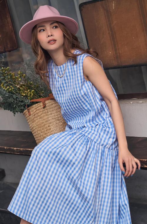 Váy suông dáng rộng mang lại sự thoải mái còn được kèm thêm chi tiết sát nách để người mặc dễ thở trong ngày nhiệt độ lên cao.