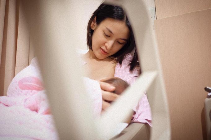 Lần đầu cho con bú sữa non, cô cảm thấy bỡ ngỡ rất nhiều và được sự trợ giúp của y tá.